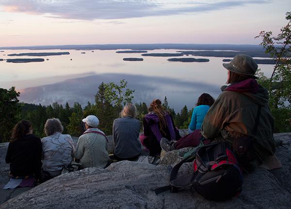 Kuva: Ihmisiä katselemassa Pieliselle auringonlaskun aikaan